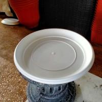 Tatakan Pot Plastik Putih.