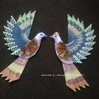 Replika sepasang burung hiasan mahar