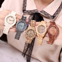 Jam tangan wanita sederhana dari serat kayu