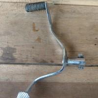 Pedal operan gigi motor roda tiga