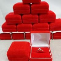Kotak cincin beludru Merah