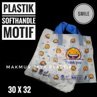 [ HANDLE SMILE 30 x 32 ] KANTONG PLASTIK SOFTHANDLE MOTIF SMILE ISI 50
