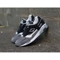 Sepatu Pria Sneakers Olahraga England 1500 Run Warna Abu Hitam putih