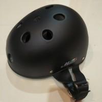 Helm bahan pelastik warna hitam doppPengiriman : Senin - Sabtu setiap