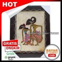 Lukisan Bingkai Wayang Kulit Arjuna Srikandi Kulit Kambing - 45x35 cm
