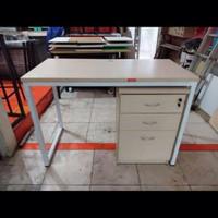 Meja kantor dengan laci