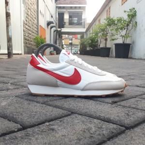 Harga sepatu sneakers wanita nike daybreak white university red gum | HARGALOKA.COM