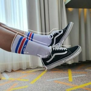 Harga kaos kaki old school panjang garis biru merah blue red socks | HARGALOKA.COM