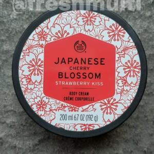 Harga body cream japanese cherry blossom strawberry kiss the body | HARGALOKA.COM