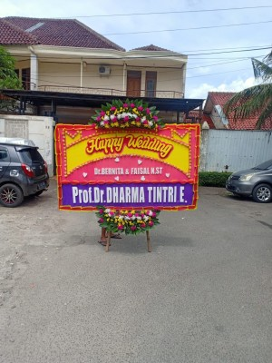 Harga karangan bunga papan pernikahan happy | HARGALOKA.COM