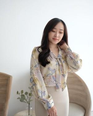Harga top wanita blouse flowy satin pattern lengan panjang   pansy flowy top   blue | HARGALOKA.COM