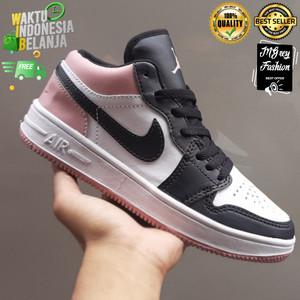 Harga sepatu sneakers nike air jordan 1 low basket fashion casual wanita   hitam pink | HARGALOKA.COM