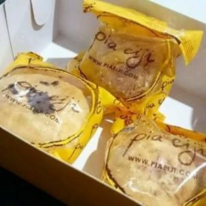 Harga pia eiji khas bali rasa coklat keju super fresh oleh oleh khas bali   | HARGALOKA.COM