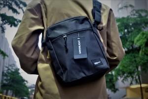 Harga tas punggung waist sling bag greenlight full black | HARGALOKA.COM