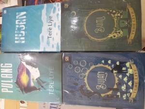 Harga satu paket 4 buku novel bumi bulan hujan amp pulang tereliye | HARGALOKA.COM