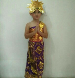 Harga pakaian adat bali anak mahkota rambut bunga kamboja pr   merah model | HARGALOKA.COM
