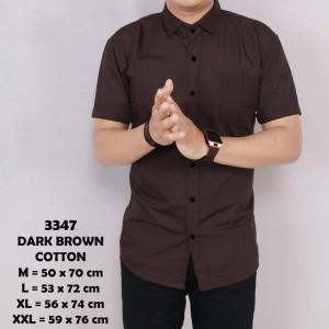 Harga baju kemeja lengan pendek casual pria coklat polos slimfit   cokelat tua | HARGALOKA.COM
