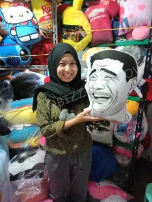 Harga bantal karakter bantal boneka ketawa meme comic | HARGALOKA.COM
