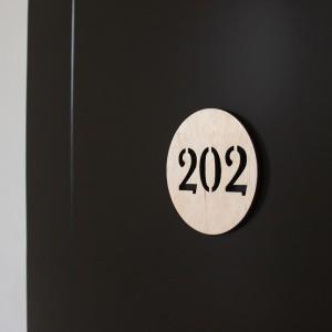 Harga nomor kamar kayu 10cm nomor kamar kost | HARGALOKA.COM