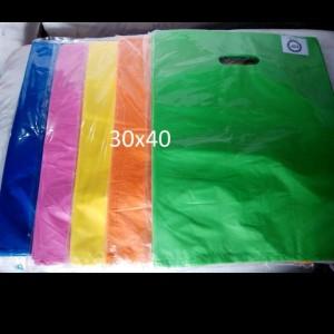 Harga kantong plastik baju hd oval polos uk 30 x 40 kantong belanja | HARGALOKA.COM