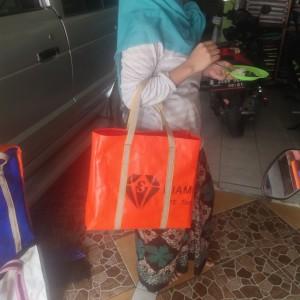 Harga tas belanja ke pasar bahan terpal buat ganti kantong plastik | HARGALOKA.COM